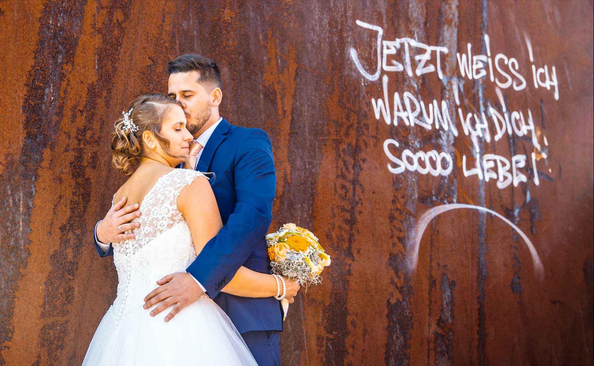 Brautpaar vor rostroter Wand Hochzeitsfotograf-Bochum-niedrieg